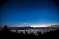 入笠高原より深夜の星空と雲海に浮かぶ八ヶ岳連峰 01362015884| 写真素材・ストックフォト・画像・イラスト素材|アマナイメージズ