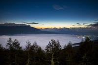 入笠高原より黎明の星空と雲海に浮かぶ八ヶ岳連峰 01362015887| 写真素材・ストックフォト・画像・イラスト素材|アマナイメージズ