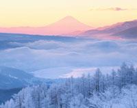 冬の朝の諏訪湖と富士山 長野県
