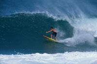 サーフィンをする男性 ノースショア ハワイ