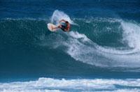 サンセットビーチでサーフィンをする男性 ノースショア ハワイ