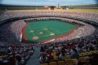 ベテランズスタジアムのメジャーリーグの試合と群衆 アメリカ