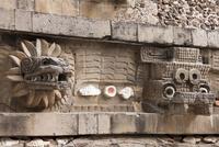 テオティワカンのケツァルコアトル神殿 01431035201| 写真素材・ストックフォト・画像・イラスト素材|アマナイメージズ