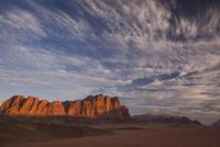 夜明のワディラムの砂漠と岩山
