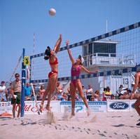 ハモサビーチでバレーボールをする女性 アメリカ