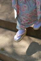 着物を着た女の子の足元 01437000355  写真素材・ストックフォト・画像・イラスト素材 アマナイメージズ
