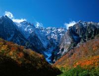 紅葉と新雪の谷川岳 一の倉沢水上市 群馬県