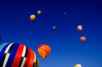 空へ昇る熱気球