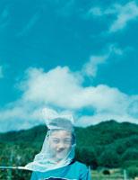 虫取り網をかぶった日本人の少年