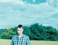 外国人の男性と森林と青空 8月 茅野郡 長野県 01486000070| 写真素材・ストックフォト・画像・イラスト素材|アマナイメージズ