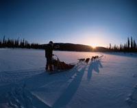 凍結したジョン川に昇る朝日   アラスカ