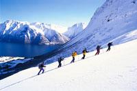 雪山を登る6人の人物