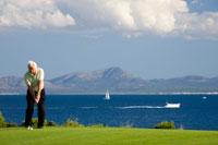 Senior man playing golf 01510092154| 写真素材・ストックフォト・画像・イラスト素材|アマナイメージズ