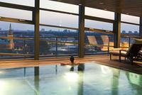 indoor swimming pool Grand Hyatt, view over Berlin, Germany 01510109400| 写真素材・ストックフォト・画像・イラスト素材|アマナイメージズ