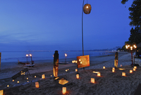 Lanterns at the beach of the Four Seasons Resort, Jimbaran, Soutern Bali, Indonesia, Asia 01510109401| 写真素材・ストックフォト・画像・イラスト素材|アマナイメージズ