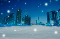 クリスマスイメージ(夜のビル郡・雪) 01532000448| 写真素材・ストックフォト・画像・イラスト素材|アマナイメージズ