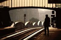 駅のホームに立つ男性のシルエット パリ フランス
