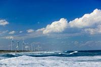 風車と海と工業地帯の煙突 01538011228  写真素材・ストックフォト・画像・イラスト素材 アマナイメージズ