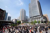 朝の東京駅のビジネスマン通勤風景 01538011409| 写真素材・ストックフォト・画像・イラスト素材|アマナイメージズ