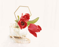 赤いチューリップと真珠のネックレス