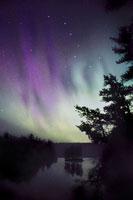 ディスカバリー湖上の北斗七星と北極光