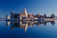 モノ湖に映る鉱物のトゥファ