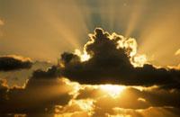 積雲の向こうから差し込む日光