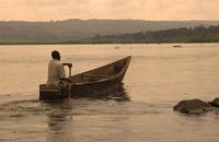 ナイル川でボートを漕ぐ人