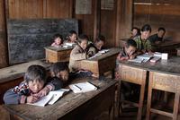 雲南省の学校で学ぶ子どもたち 01543047411| 写真素材・ストックフォト・画像・イラスト素材|アマナイメージズ