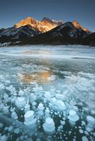 湖面下で凍ったガス泡