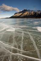 凍った湖面の亀裂