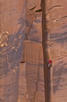 岩山を登る人