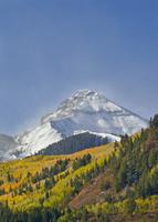 初雪の後の山頂 01543048165| 写真素材・ストックフォト・画像・イラスト素材|アマナイメージズ