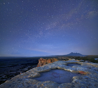 砂岩の崖と星空