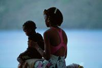 ビーチサイドの親子 01569000354| 写真素材・ストックフォト・画像・イラスト素材|アマナイメージズ