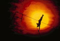 棒高跳びをする陸上選手のシルエット