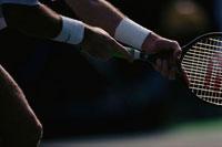テニスラケットを構える外国人男性の両腕