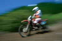 山道を走行するモトクロスバイク