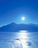 冬の中禅寺湖と太陽  栃木県