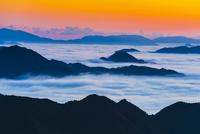 朝の雲海と山並み