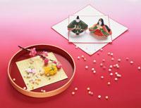雛飾り・雛人形と盆の上のモモの花