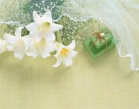 ユリの花束とギフトボックス