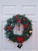 玄関ドアに飾られたクリスマスリース
