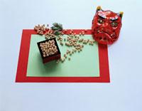 節分 鬼の面と豆 01604021055| 写真素材・ストックフォト・画像・イラスト素材|アマナイメージズ