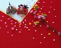 2体の雛人形と桃の花と菜の花とあられ