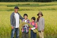 農業体験をする家族 01615000212| 写真素材・ストックフォト・画像・イラスト素材|アマナイメージズ