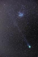 満天の星空とラブジョイ彗星とすばる 01615002296| 写真素材・ストックフォト・画像・イラスト素材|アマナイメージズ