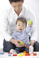 お父さんと遊ぶ赤ちゃん