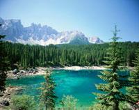 カレッツァ湖ドロミテ、イタリア 01636011582| 写真素材・ストックフォト・画像・イラスト素材|アマナイメージズ
