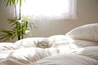 朝の光と目覚まし時計とベッド